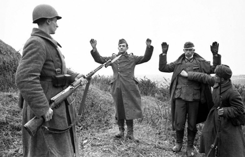 Немецкие солдаты сдаются в плен. 1941 г.