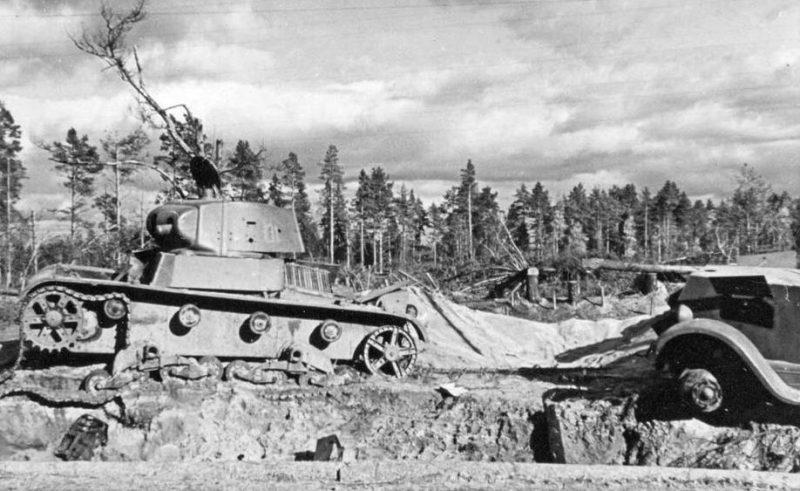 Подбитый огнеметный танк. 1941 г.