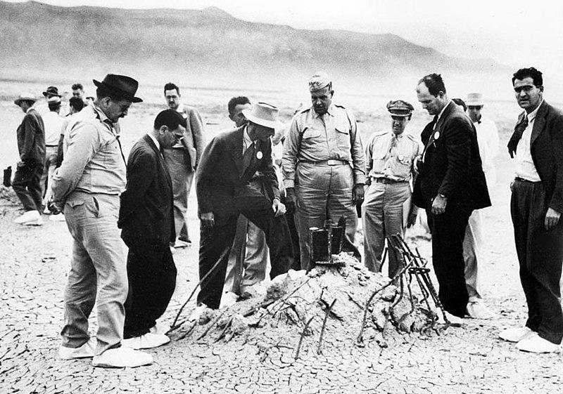 Генерал-майор Лесли Гровс и Роберт Оппенгеймер на полигоне Аламогордо. Сентябрь 1945 г.