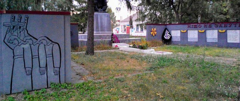 с. Васильевка Роменского р-на. Памятник, установленный на братской могиле советских воинов и памятник воинам-землякам.