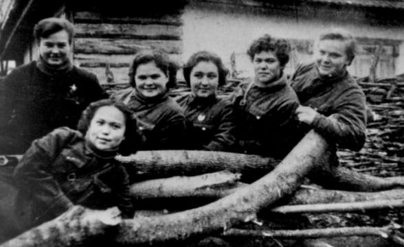 Штурманы: Н. Меклин, Х. Доспанова, Е. Рябова, Т. Сумарокова, Р. Гашева, Н.Ульяненко. 1942 г.