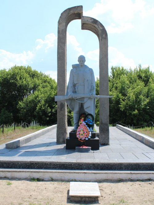 с. Голенка Бахмачского р-на. Братская могила воинов, погибших при освобождении села и памятный знак погибшим односельчанам.
