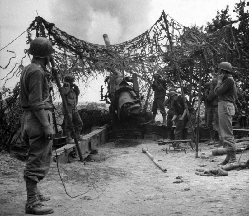 Огонь из 155-мм полевой пушки М1 по немецким войскам в Тунисе. 1943 г.