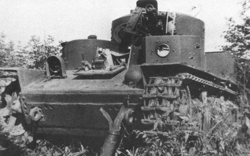 Советский танк Т-28, подорванный экипажем из-за технической неисправности. 1941 г.