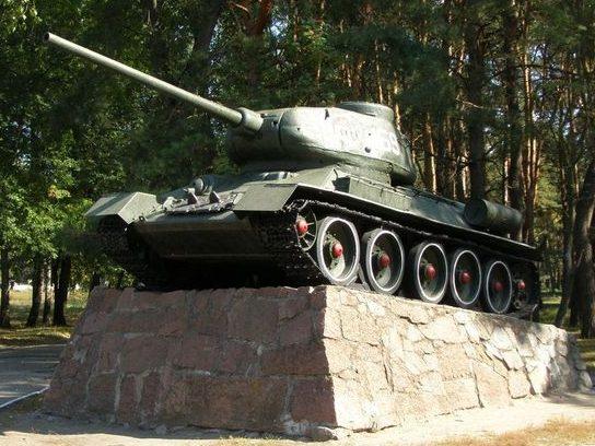 Танк Т-34, установленный на мемориале.