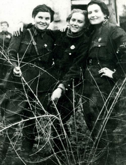 Вера Белик, Женя Жигуленко и Таня Макарова. 1942 г.