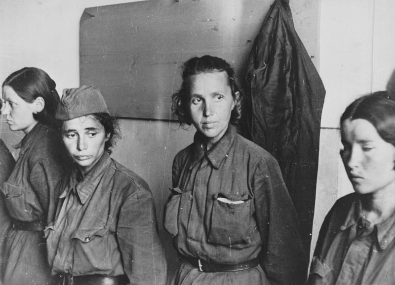 Пленные советские женщины-военнослужащие в Невеле. 1941 г.
