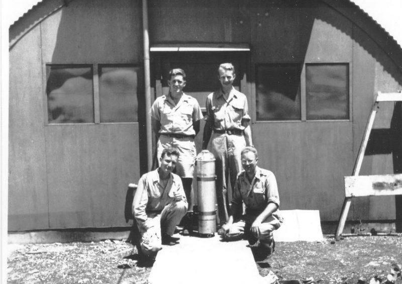 Разработчики атомной бомбы: Сверху слева направо: Гарольд Агнью, Луис Альварес и снизу слева направо: Лоуренс Джонстон, Бернард Уолдмен. 1942 г.