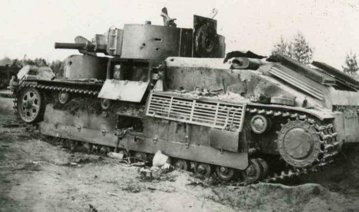 Танки Т-28, подбитые у города. 1941 г.