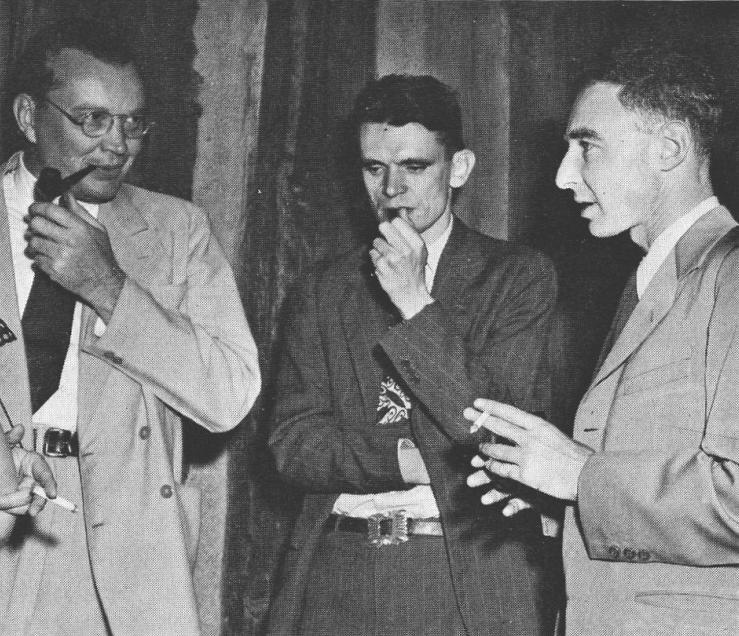 Разработчики атомной бомбы Эрик Джетт, Чарльз Критчфилд и Дж. Роберт Оппенгеймер в Лос-Аламосе. 1942 г.