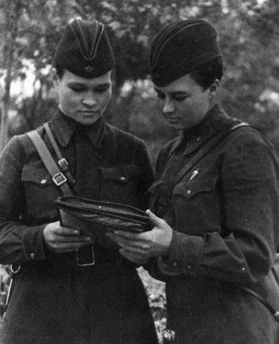 Наталья Меклин со своим штурманом Ириной Себровой. 1942 г.