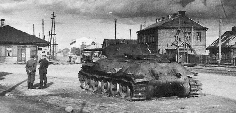 Танк Т-34-76 на Комаровской площади.