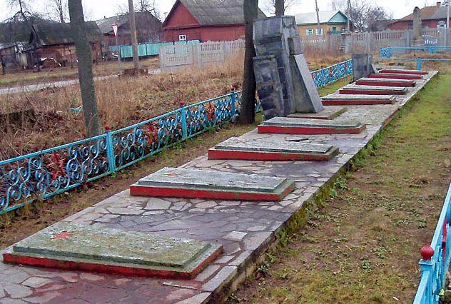 г. Городня. Братская могила 57 советских воинов, умерших от ран в военном госпитале в октябре-ноябре 1943 года. Среди похороненных - Г.Г. Светочев - Герой Советского Союза.
