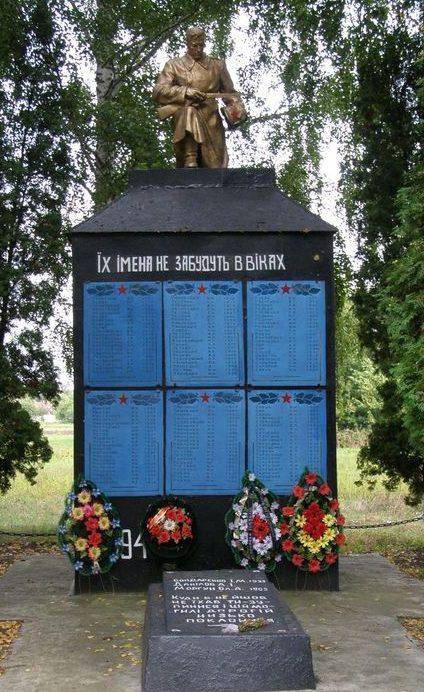с. Григоровка Бахмачского р-на. Братская могила воинов, погибших при освобождении села и памятный знак погибшим односельчанам.