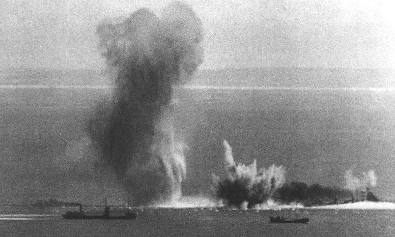 Суда британского конвоя под бомбами немецких пикирующих бомбардировщиков Юнкерс Ju-87B. 1941 г.