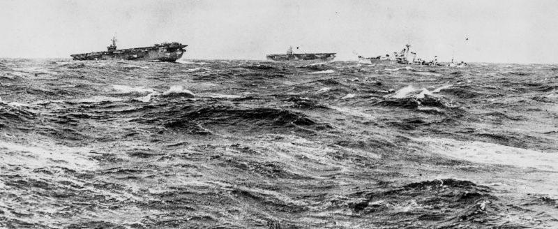 Британские эскортные авианосцы HMS «Emperor» и HMS «Strike» с эсминцем в штормовом море во время сопровождения конвоя в СССР. 1941 г.