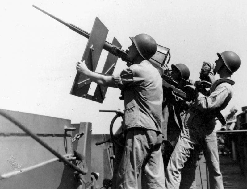 Расчет 20-мм пушки на авианосце «Enterprise». Май 1943 г.