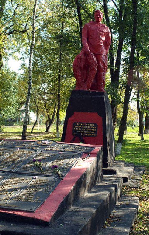 г. Лебедин. Памятник, установленный на братской могиле, в которой похоронен 131 советский воин, в т.ч. 6 неизвестных. Среди похороненных - Герои Советского Союза - Н.А.Белозерцев и А.А.Волох.