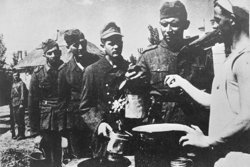 Красноармеец выдает пищу немецким военнопленным. 1941 г.