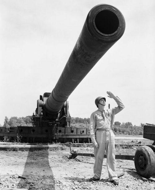 Солдат у 406-мм береговой пушки Mark III на Абердинском испытательном полигоне. Июль 1943 г.