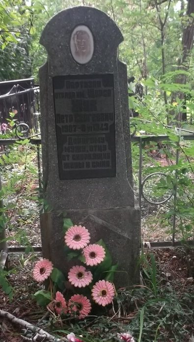 с. Евминки Козелецкого р-на. Могила партизана Жука П.С. на кладбище.