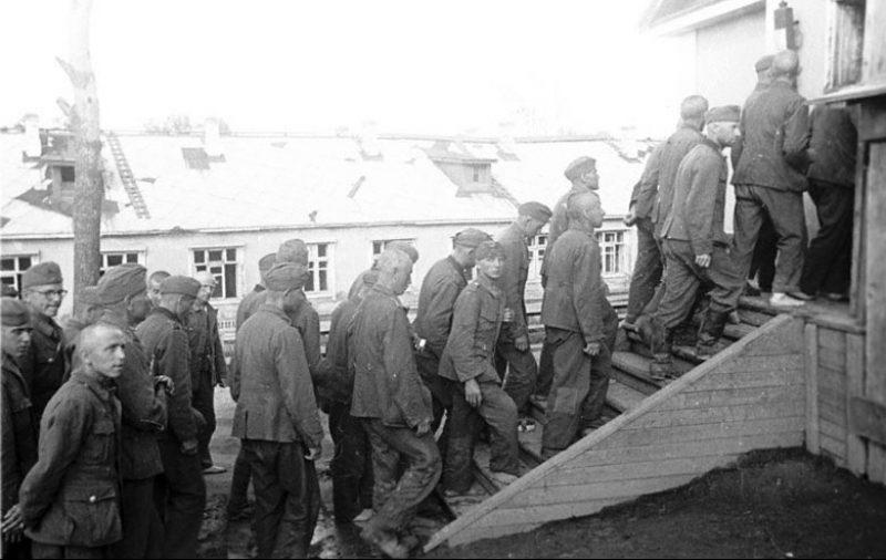 Вновь прибывшие военнопленные направляются в барак лагеря. 1941 г.