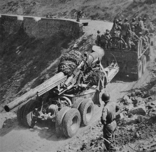 Буксировка 150-мм орудия по дороге на Сицилии. Август 1943 г.