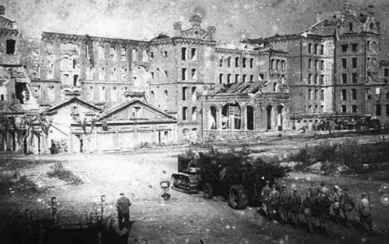 Советская тяжелая артиллерия вступает в Ярцево. Сентябрь 1943 г.