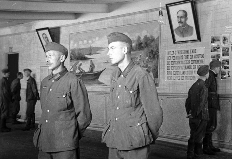 Немецкие военнопленные в клубе лагеря. 1941 г.
