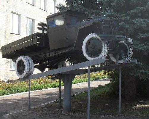 г. Лебедин. Памятный знак автомобилистам, установленный напротив Лебединского училища лесного хозяйства.