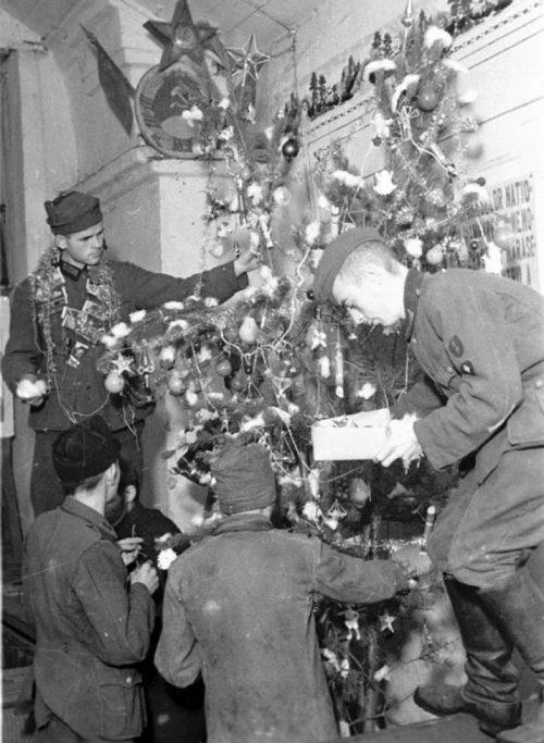 Пленные немецкие солдаты, находящиеся в лагере военнопленных, украшают елку в клубе лагеря. 1941 г.