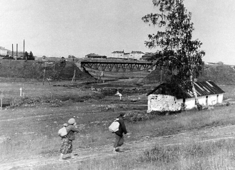 Вид на авиагородок «Гривочки» из-за железнодорожного моста от МТС. Сентябрь 1941 г.