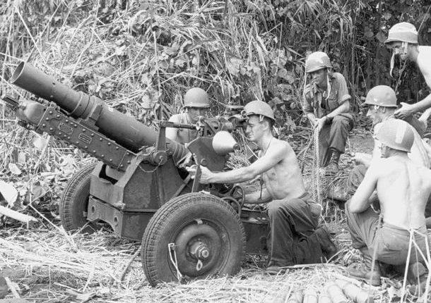Американские десантники ведут огонь из 87-мм пушки-гаубицы в районе Надзаба на Новой Гвинее. 1943 г.