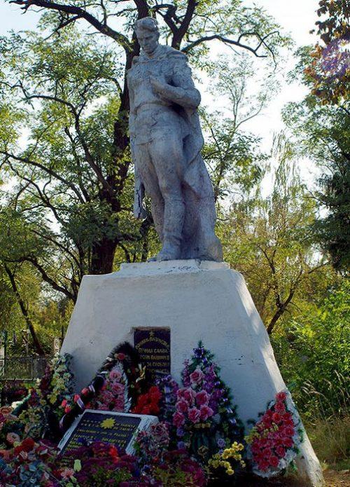 г. Лебедин. Памятник на Покровском кладбище, установленный на братской могиле, в которой похоронено 18 советских воинов, в т.ч. 2 неизвестных, погибших при освобождении города.