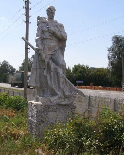 Памятник на братской могила 5 неизвестных воинов 143 стрелковой дивизии, погибших при обороне села в сентябре 1941 году.