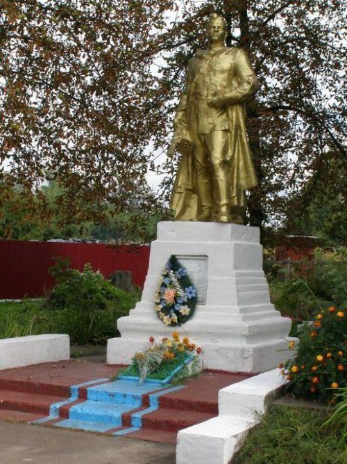 с. Красиловка Бахмачского р-на. Памятник, установленный на братской могиле воинов, погибших при освобождении села.