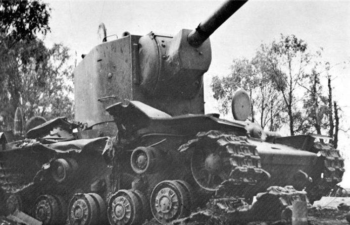 Танки КВ-2, подбитые у города. 1941 г.