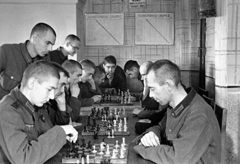 Военнопленные во время шахматного турнира в лагере. 1941 г.