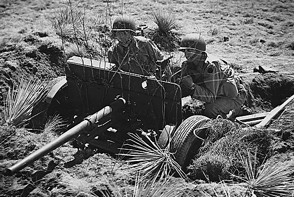 37-мм противотанковая пушка на тренировочном лагере Кэмп Карсон в Колорадо. 1943 г.