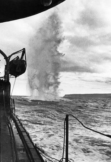 Британский эсминец сбрасывает глубинные бомбы. 1941 г.