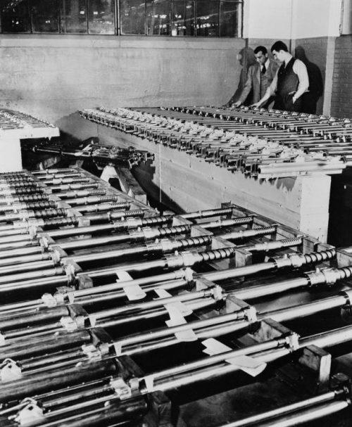 Авиационные 20-мм пушки на складе американского завода. 1943 г.
