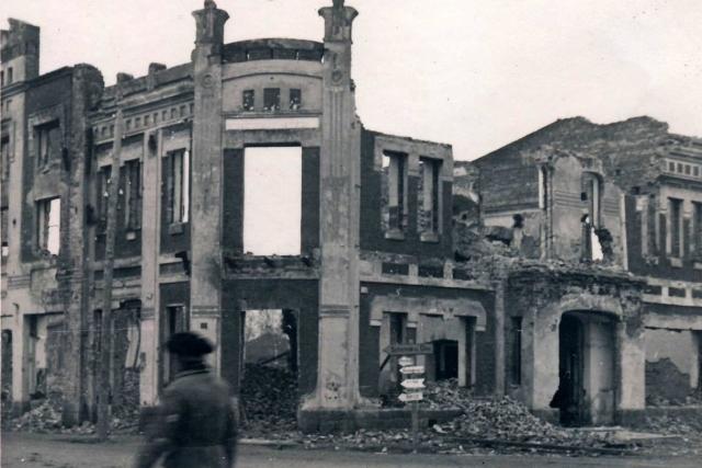 Разрушенное здание пожарной части. 1942 г.