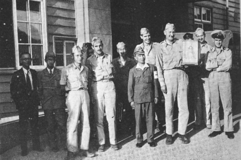 Исследовательская группа Манхэттенского проекта в Нагасаки. Октябрь 1945 г.