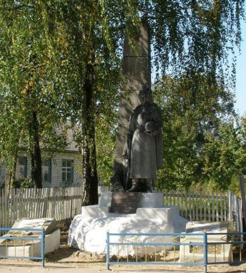 с. Карпиловка Козелецкого р-на. Памятник у сельской школы, установленный на братской могиле 15 советских воинов, погибших в боях за село.