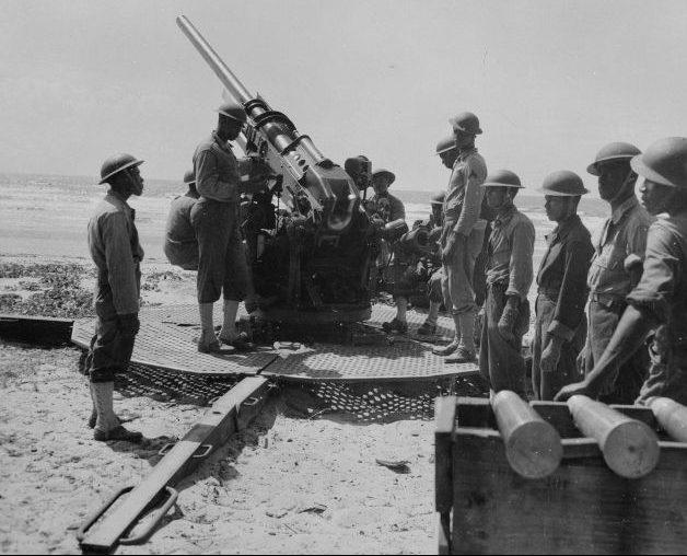 Расчет американской 90-мм зенитной пушки М1. 1943 г.