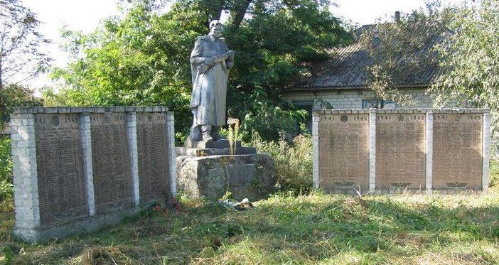 с. Карпиловка Козелецкого р-на. Памятник у группы братских могил воинов, умерших от ран в госпитале.