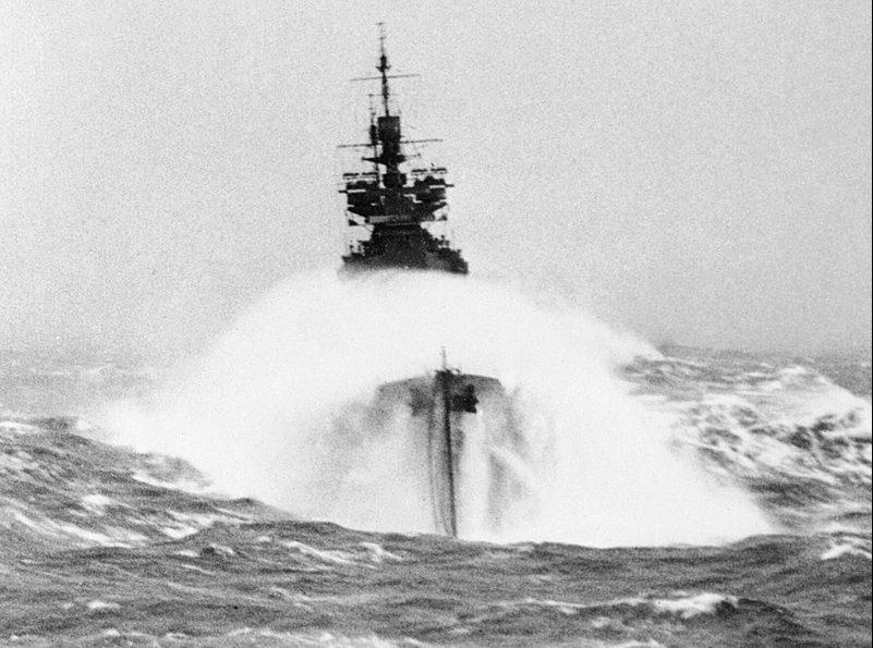 Линкор HMS «Duke of York» в бурном море во время операции по сопровождению конвоя в СССР. Конвой PQ-12. Март 1942 г.
