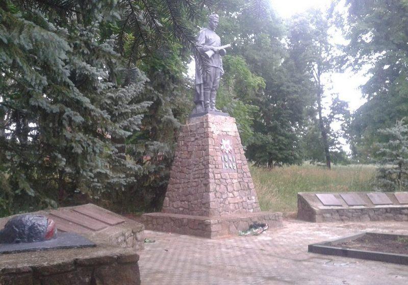 с. Малый Выстороп Лебединского р-на. Памятник, установленный на братской могиле советских воинов, партизан и мемориальные доски с именами воинов-земляков, погибших в годы войны.