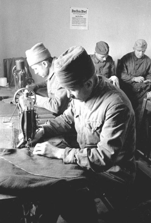 Военнопленные в швейной мастерской лагеря за работой. 1941 г.