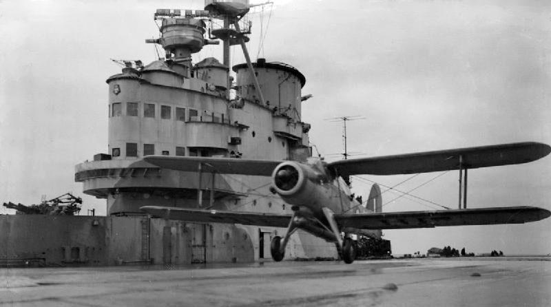 Самолет - торпедоносец «Fairey Albacore» взлетает с HMS «Victorious», который прикрывает конвой PQ-13. Март 1942 г.